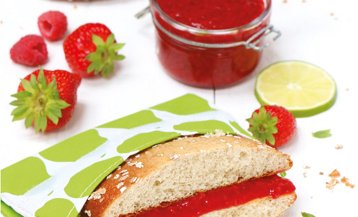 Eierkoek met rood fruit spread