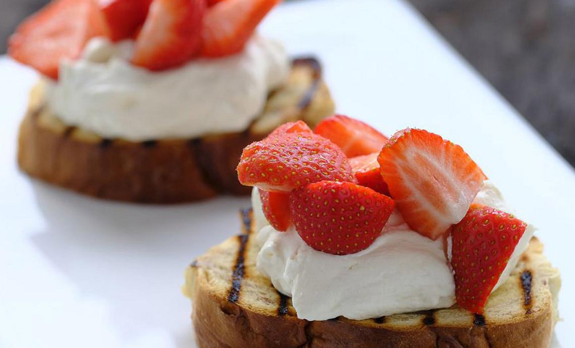 Suikerbrood met Limoncello-crème en verse aardbeien