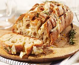 Borrelbrood met kaas en rozemarijn
