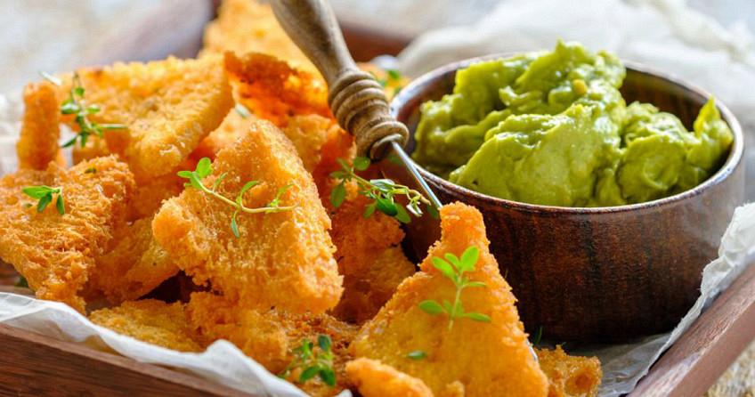 Nacho broodchips met guacamole dip