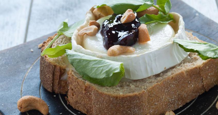 Broodje geitenkaas, kersenjam en waterkers.